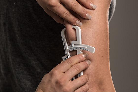 Замер складки на трицепсе у женщин